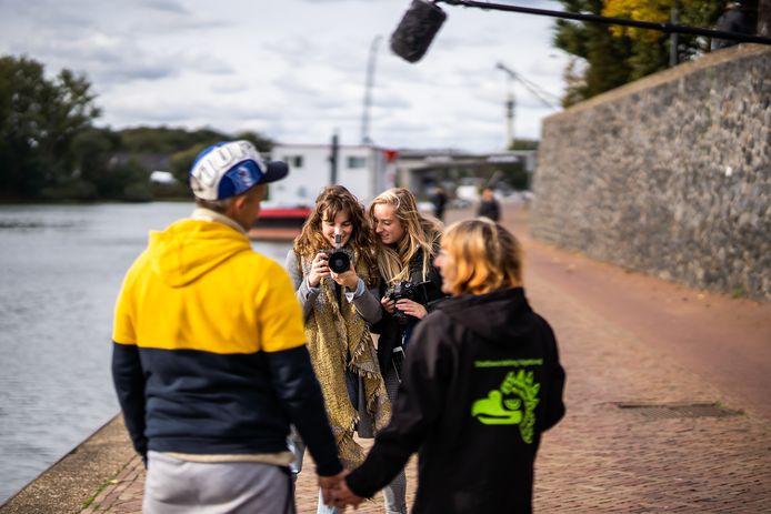 Lisa Hukker (links) en Chanou van Kalleveen maken een korte film over liefde en intimiteit van daklozen, waarin het Arnhemse echtpaar Björn en Inge centraal staat.