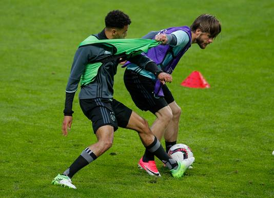 Lasse Schöne (rechts) in duel met Jairo Riedewald tijdens de afsluitende training van Ajax voor het duel met United.