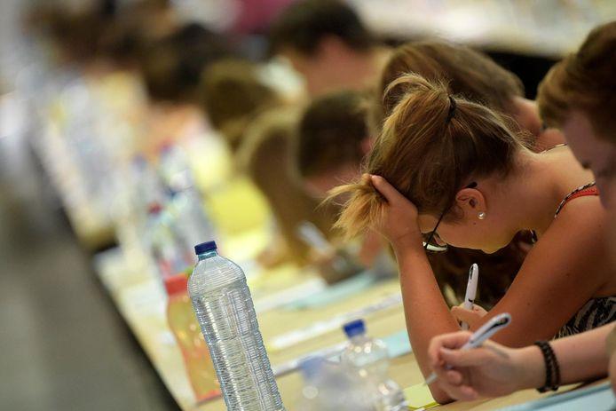 A l'inverse de l'examen d'entrée d'application depuis 2017 en FWB, ce concours ne laisserait, lui, qu'un nombre déterminé d'étudiants accéder à ces études, comme c'est déjà la cas en Flandre.