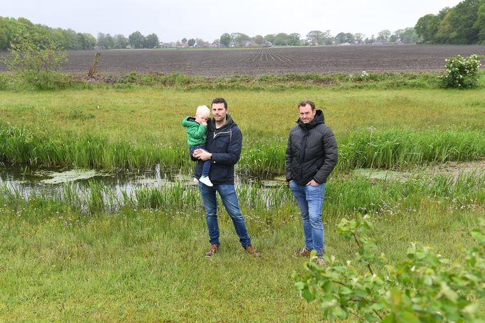 Sjoerd de Roover (met zoontje Max links) en Joost Huijbregts zijn namens hun buurtgenoten woordvoerders over de komst van een zonnepark in Riel.