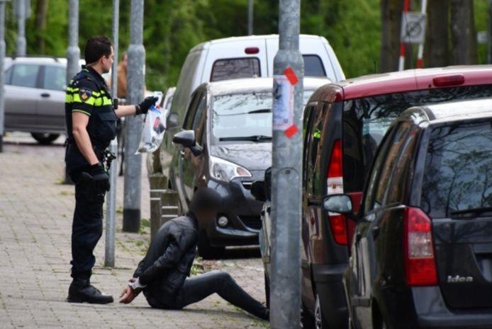 De politie houdt een verdachte aan na de vechtpartij.