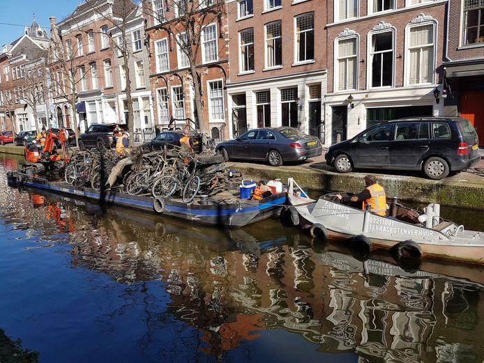 Fietsen worden door de gemeente uit de grachten gevist. Bij de Canal Cleanup gaan vrijwilligers vooral op zoek naar drijvend plastic.