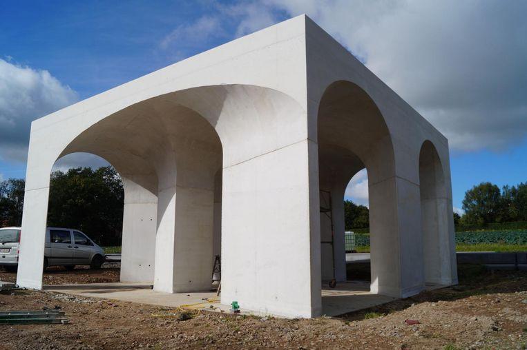 Het onthaalpaviljoen bij de Duitse militaire begraafplaats in Hooglede, naar een ontwerp van architect Gijs Van Vaerenbergh.