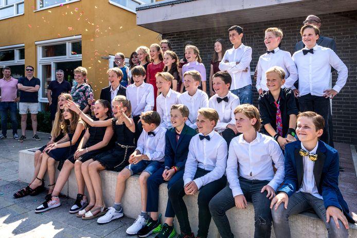 De laatste groepsfoto. Groep acht van Kindcentrum De Troubadour in Rosmalen kon toch nog in stijl het allerlaatste stapje op de basisschool zetten.