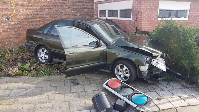 De auto kwam tot stilstand tegen de garage.