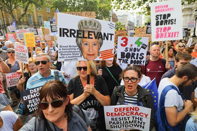 Betogers protesteren rond Downing Street in Londen tegen de plannen van Boris Johnson. Beeld EPA