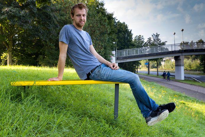 Kunstenaar Wouter Corvers heeft gele bankjes neergezet op verschillende plekken in de stad.