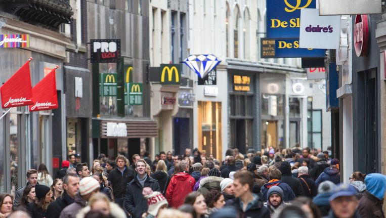Drukte in de Amsterdamse Kalverstraat. Beeld null
