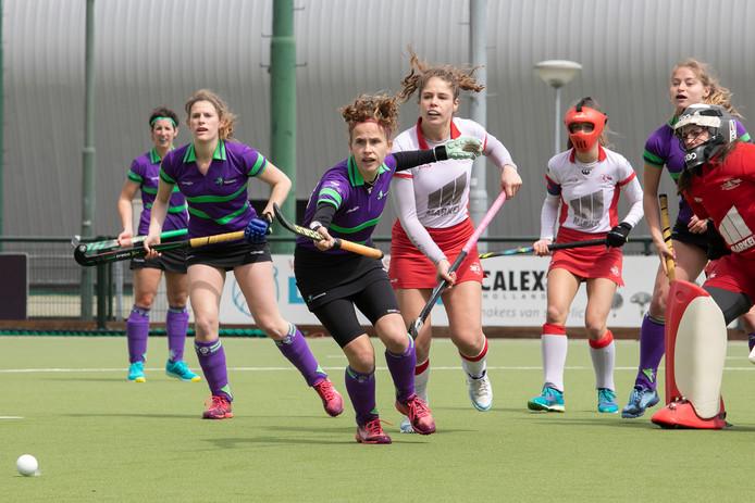 Maud Reniers van HC Eindhoven gaat achter de bal aan.
