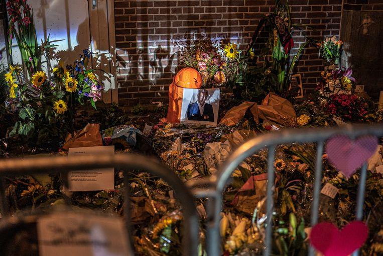 De bloemenzee op de plek waar Peter R. de Vries is neergeschoten.  Beeld Joris van Gennip / Volkskrant