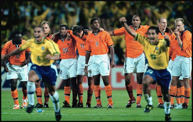 Een teleurgesteld Oranje na de verloren strafschoppenserie  tegen Brazilië tijdens het WK van 1998.   Beeld  Klaas Jan van der Weij / de Volkskrant