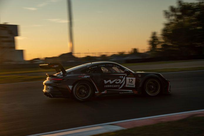 De Porsche 992 GT3 Cup van het gezin Redant, samen met de Hasselaar Glenn van Parijs op weg naar winst.