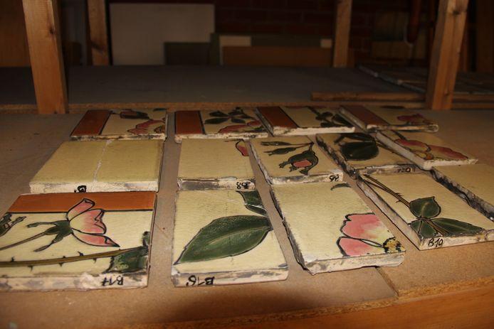De tegels van de oude porseleinwinkel worden elk apart gereinigd en gerestaureerd.