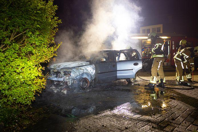 Een auto aan de Rietbergsmate in Zwolle ging in de nacht van zondag op maandag in vlammen op.