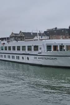 Dit is het cruiseschip waar 70 vluchtelingen twee maanden op verblijven in Vlaardingen