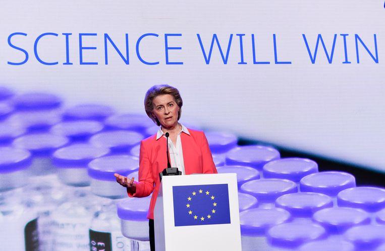 Voorzitter Ursula von der Leyen van de Europese Commissie tijdens een persconferentie over de productie van het BioNtech-Pfizervaccin.  Beeld EPA