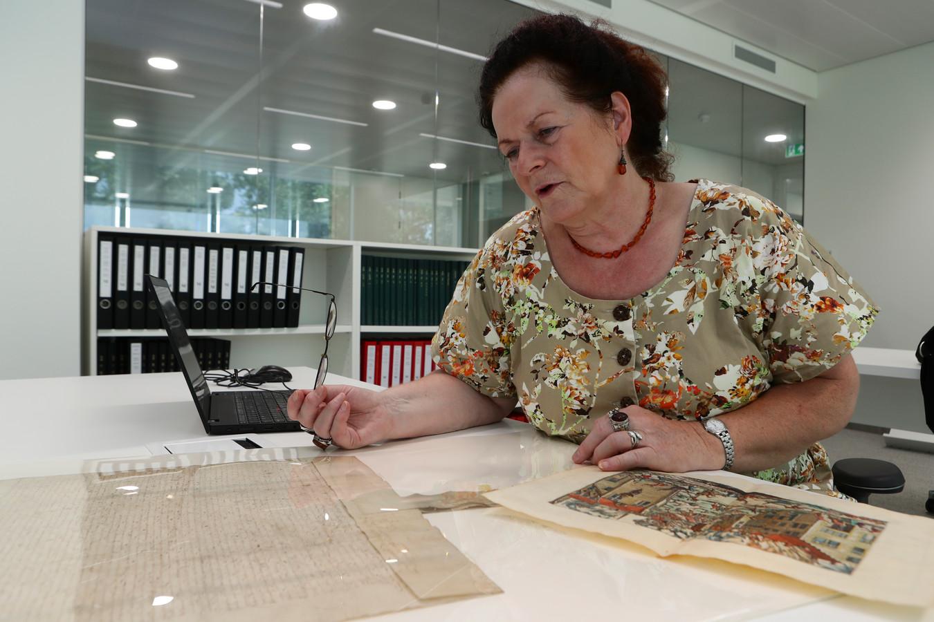 Nettie Stoppelenburg is historicus en vertelt aan de hand van in het archief opgeslagen stukken over de geschiedenis van Oudewater.