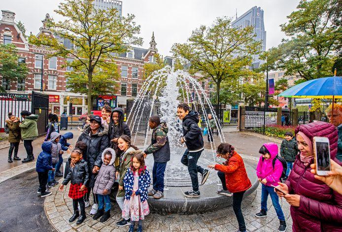 Kinderen genieten van de werkende fontein in het opgeknapte wijkpark.