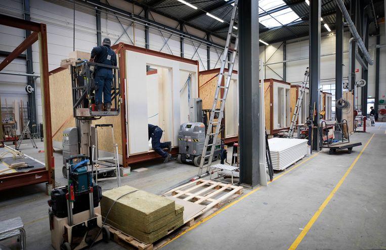 Een fabriek van modulair gebouwde woningen in Montfoort. Rabobank wil deze bouwmethode gebruiken voor 12.000 tijdelijke woningen. Beeld Werry Crone
