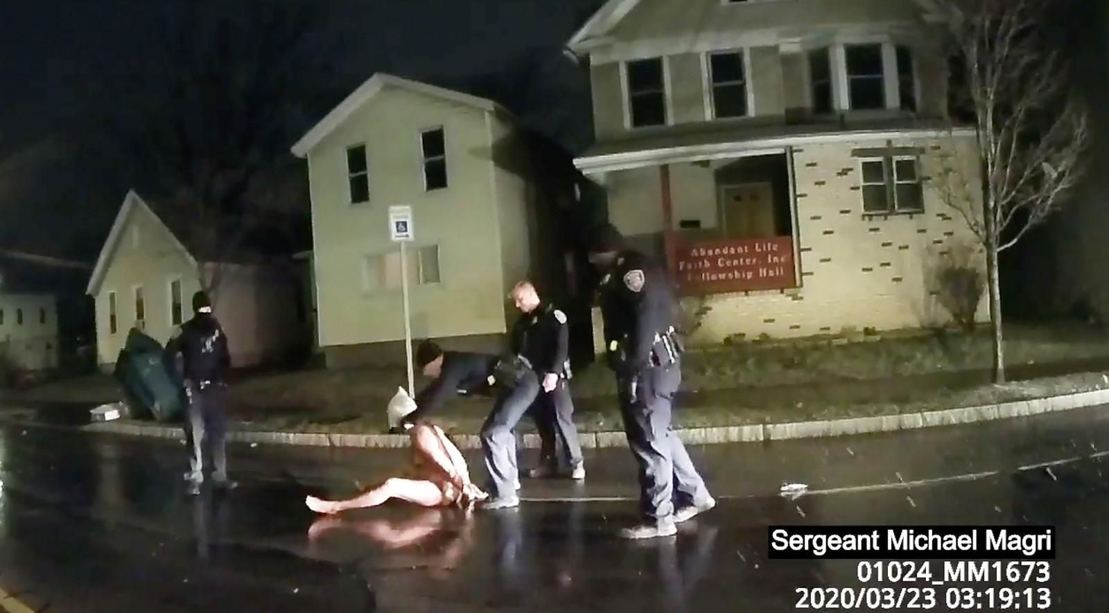 Daniel Prude krijgt een kap over zijn hoofd tijdens zijn arrestatie.
