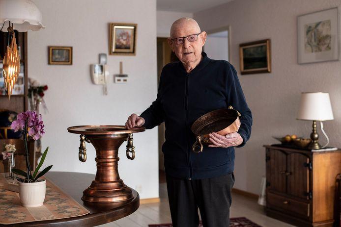 Meneer Boltong met zijn Turkse koperen pot.