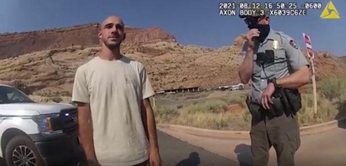 Cette image datant du 12 août 2021, tirée d'une bodycam de police publiée par les services de police de la ville de Moab, dans l'Utah, montre Brian Laundrie (à gauche) en train de parler avec la police alors qu'elle intervient pour une altercation entre lui et sa petite amie Gabrielle Petito.