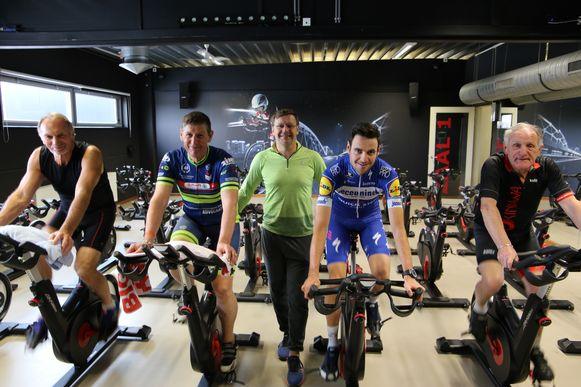 Pieter Serry (tweede van rechts) kwam de sportzaal infietsen.