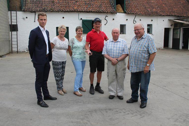 Michel Colle samen met de leden van Oud Halle die de kogel bestudeerd hebben.