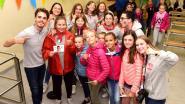 Heel wat kinderen samen met Wout van D5R op de foto