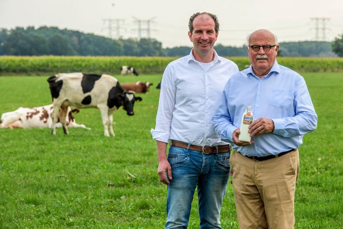 Guus van Roessel en vader Cees, nog in het bedrijf actief, tussen de koeien.