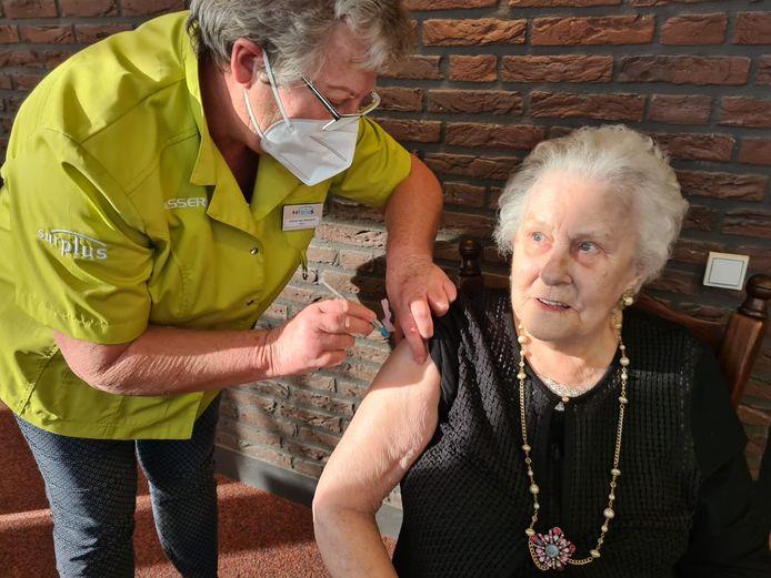 Mevrouw Langeweg krijgt haar eerste vaccinatie tegen het coronavirus in de Fendertshof in Fijnaart.