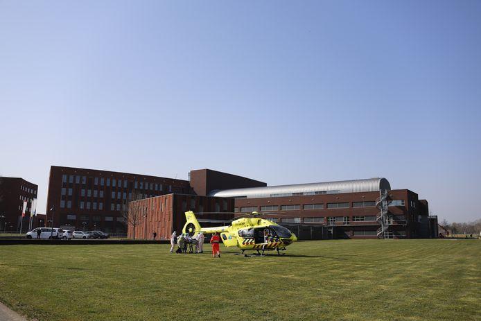 Een patiënt van het Maasziekenhuis wordt per traumaheli verplaatst naar een ander ziekenhuis.