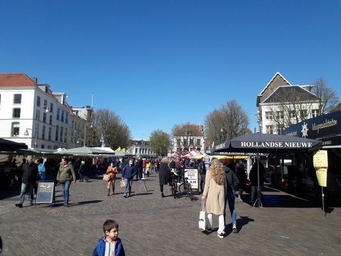 Beeld van de zaterdagmarkt in Deventer, vanmiddag rond 14.30