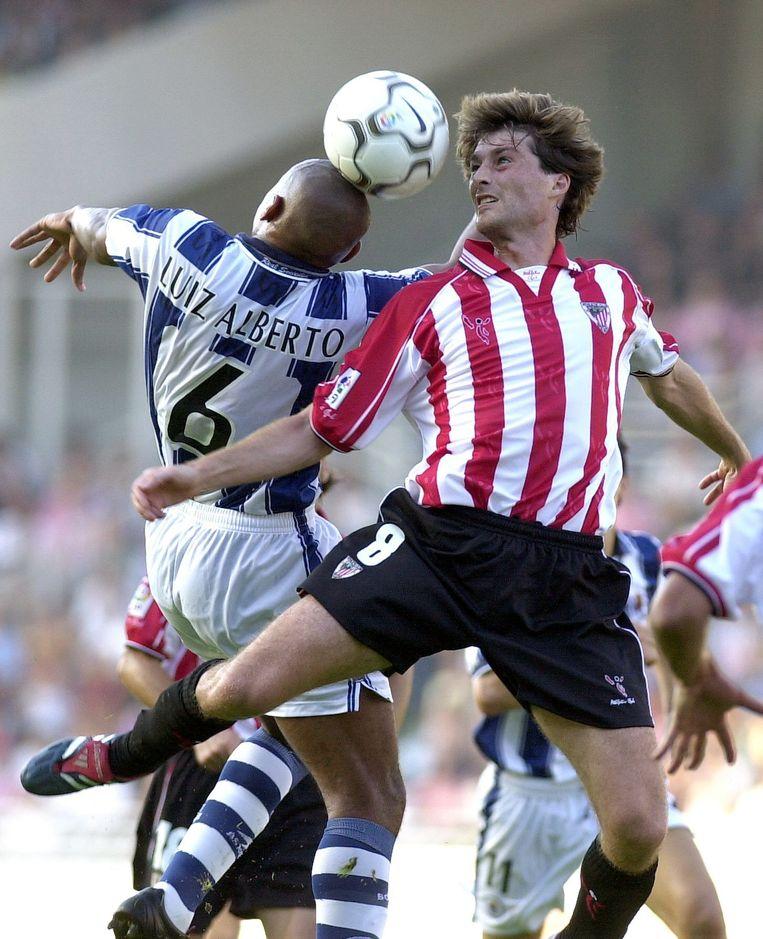 Julen Guerrero, in 2001 bij de Baskische derby tegen Real Sociedad. Beeld EPA