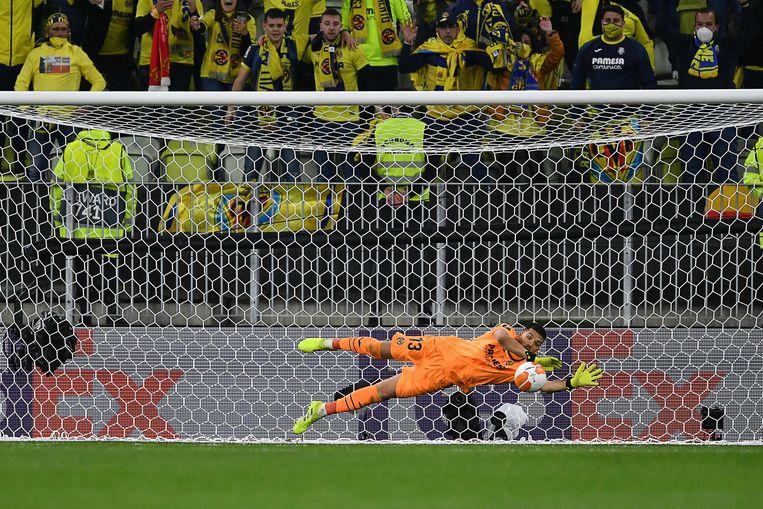 Geronimo Rulli, de keeper van Villarreal, stopt de 22ste penalty van de avond. Hierdoor wint de Spaanse underdog de Europa League. Beeld AFP