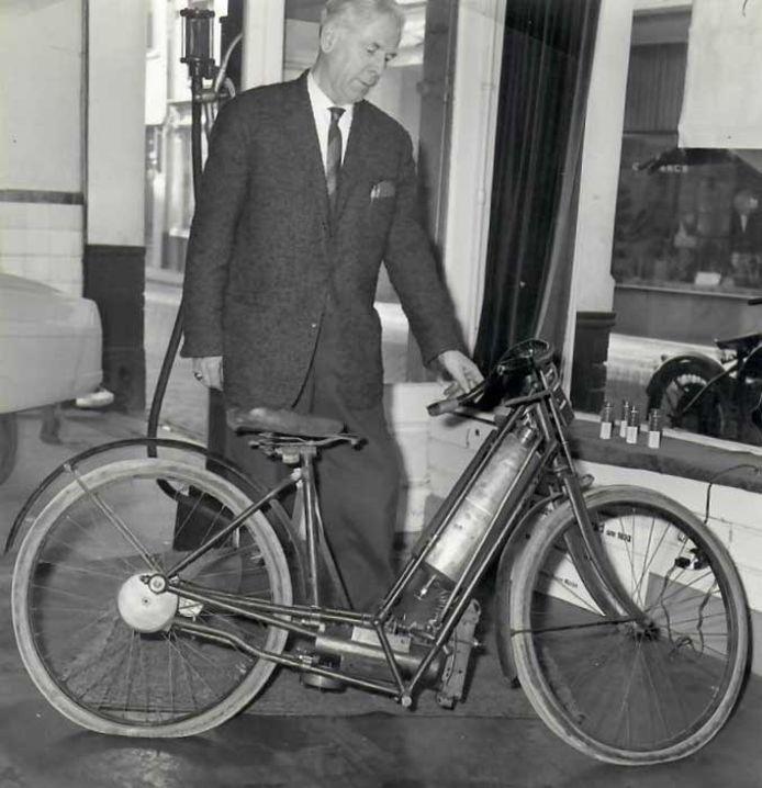 Jan van der Meulen (1900-1980 ) bij de niet meer geheel originele Hildebrand & Wolfmüller van zijn vader Jos in 1961.