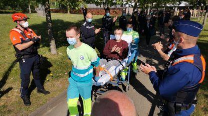 Erehaag voor ambulancier die ziekenhuis mag verlaten na maand strijden tegen coronavirus