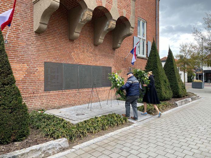 Veteraan Rob Boersma en burgemeester Willemijn van Hees legden beiden een krans bij de herdenkingsplaquettes in Drunen.