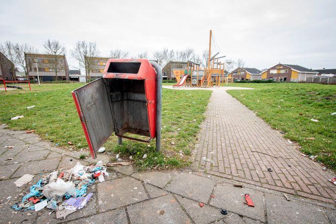 De jaarwisseling mag dan volgens velen 'rustig' zijn verlopen, ook dot keer hadden de nodige vernielingen plaats. Ook in de gemeente Heusden sneuvelden (weer) de nodige afvalbakken. Deze foto is elders in Nederland gemaakt.