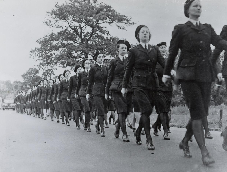 1945: Leden van het Vrijwillig Vrouwen Hulpkorps exerceren in Engeland, in 1945.  Beeld NIMH
