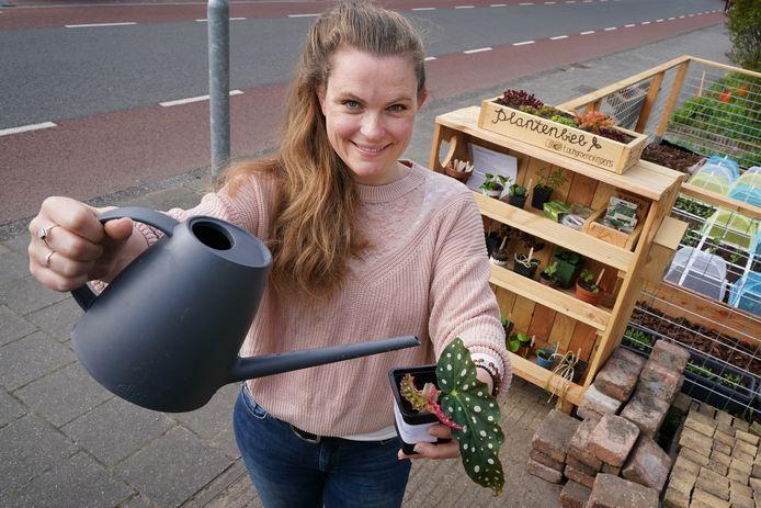 Laura Sannes heeft een moestuin en een plantenbieb in haar voortuin.