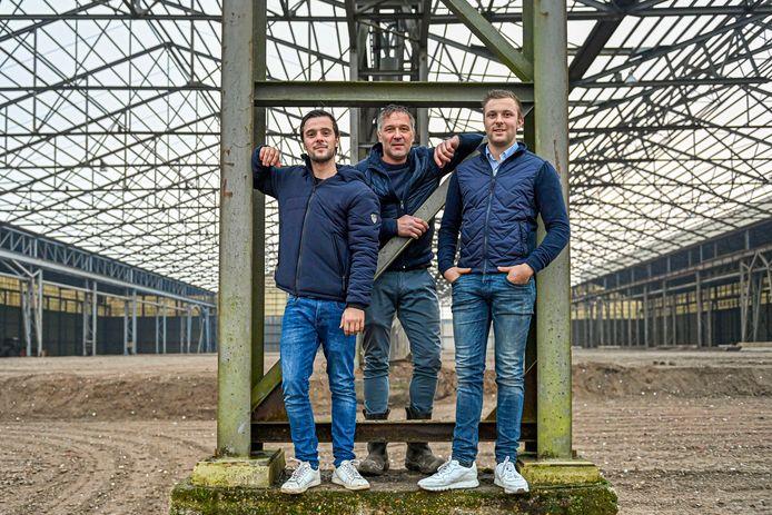 Adrie Kuijstermans (midden) en zonen Nick en Bas in de leegstaande loodsen van het voormalige Staalunieterrein Stampersgat.