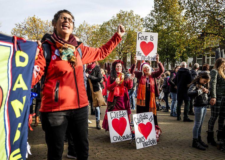 Tegenstanders van de coronamaatregelen demonstreren in het centrum van Amersfoort.  Beeld ANP