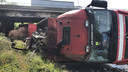 De camion met twee ladingen aan schroot kantelde om.