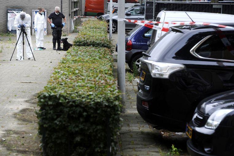 Politie doet onderzoek in de Conradstraat, waar de onschuldige Stefan Regalo Eggermont werd doodgeschoten. Beeld anp