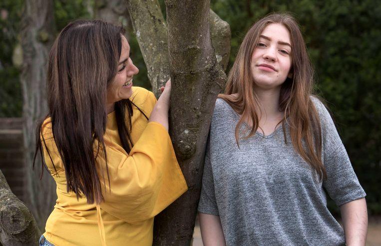 Inge Korsten van jeugdhulporganisatie Youké (links) en Naomi (rechts), die een mentor naar eigen keus heeft ingeschakeld. Beeld Werry Crone, Trouw