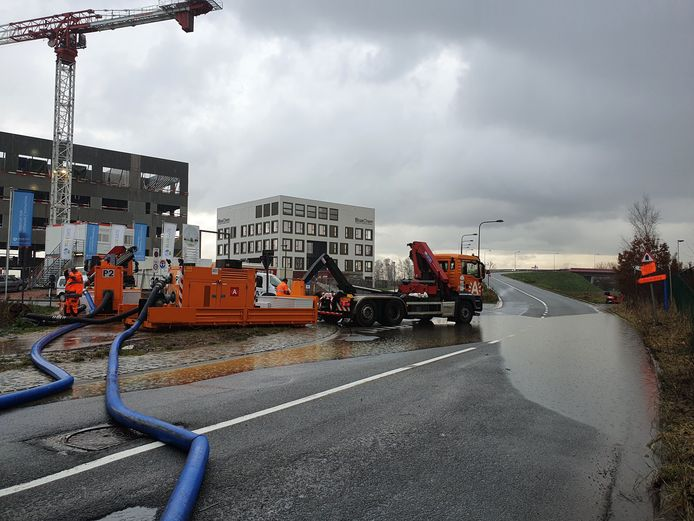 Het water op het wegdek van de Schroeilaan werd weggepompt.