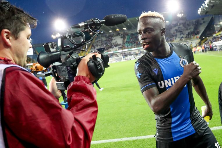Club Brugge-speler Krepin Diatta dolt met een cameraman. Beeld BELGA