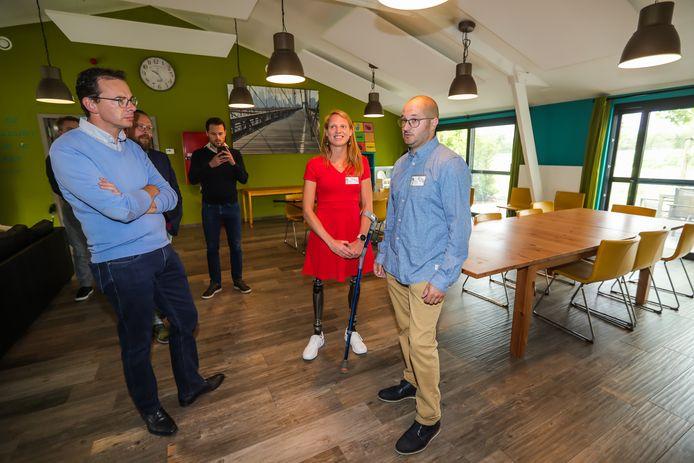 Foto in zorgverblijf Hoeve Genemeer. Vlaams minister van Welzijn Wouter Beke (CD&V) sprak er met Hannelore Vens.