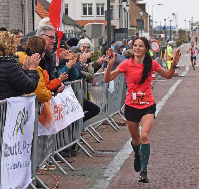 Monica Sanderse wint de halve marathon van Cadzand-Bad begin 2020. Een maand later ging de wereld op slot.